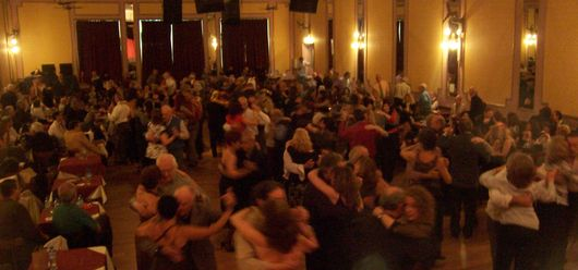 Mass of tango dancers at the Los Consagrados milonga